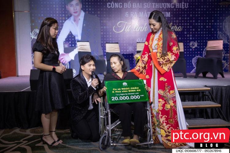 Ca sĩ Ngọc Châu tặng nghệ sĩ Hoàng Lan 20 triệu trong ngày ra mắt album